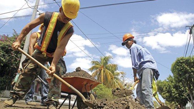 Managual municipal workers. Photo  HENRY PADILLA