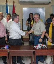 The union and Sandinista deputy Luis Barbosa; COSEP president, Jose Adan Aguerri; Sandinista legislator and unionist Gustavo Porras; Labor Minister, Alba Luz Torres, Sandinista union and Roberto Gonzalez held the tripartite agreement. PRESS / J. TORRES