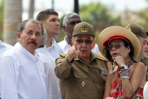 Daniel Ortega (left) and his wife, Rosario Murillo, with Raul Castro a couple of years back. Photo LA PRENSA/EFE