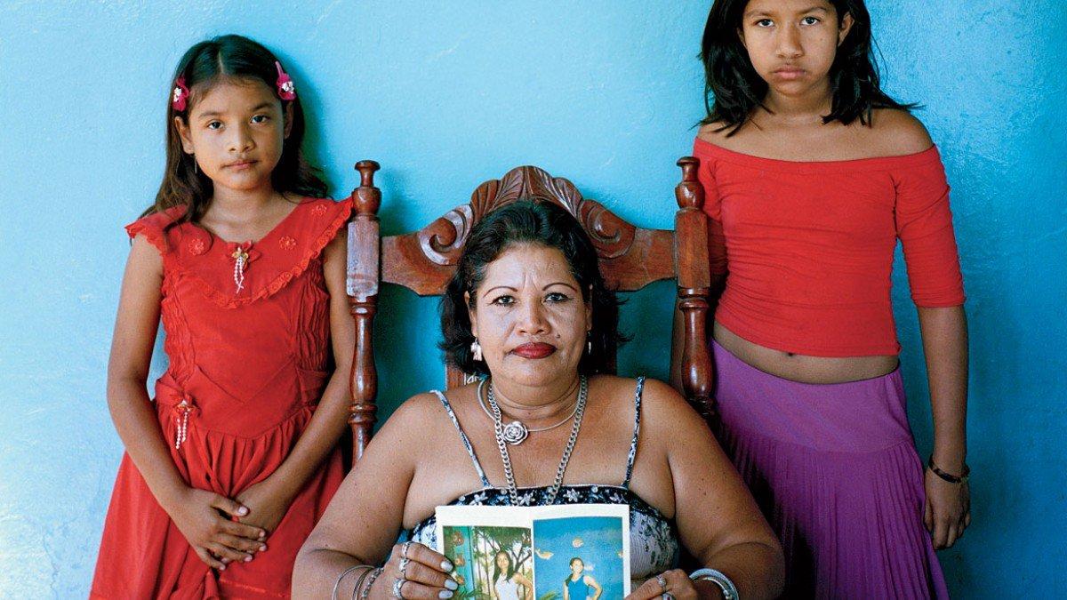 mercedes-alvarado-and-daughters_fe